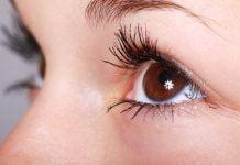 Occhio di ragazza da vicino